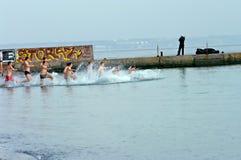 Peopls-Schwimmen im eiskalten Wasser Schwarzes Meer während der Offenbarung (heilige Taufe) in der orthodoxen Tradition Lizenzfreies Stockfoto