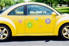 Peoria, IL/USA - insect van VW van 06-13-2018 het Heldere gele met bloemoverdrukplaatjes royalty-vrije stock afbeelding