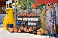 PEOULAS, CYPRUS - AUGUSTUS, 28, 2013:  De winkel van de straatherinnering met traditionele aardewerk en postbus. Het Pedoulasdorp  Stock Afbeeldingen
