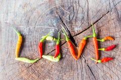 Pepe di greenchili e di rosso composto sotto forma di amore Fotografia Stock Libera da Diritti
