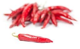 Pepe di peperoncino rosso rosso con i peperoni nei precedenti Fotografie Stock