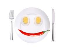 Pepe freddo rovente e due uova sul piatto bianco isolato su wh Immagine Stock