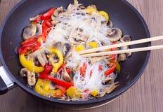 Pepe misto fritto, fungo, vermicelli cinesi Fotografie Stock Libere da Diritti
