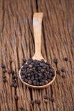 Pepe nero in cucchiaio sulla tavola di legno Fotografia Stock Libera da Diritti