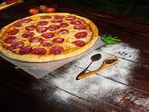 Pepe nero in un cucchiaio di legno sul tavolo da cucina fotografie stock libere da diritti