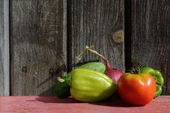 Pepe, pomodoro e cetriolo sui precedenti dei bordi di legno scuri Fotografie Stock Libere da Diritti