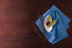 Peper in een kleine witte plaat en baaibladeren Hoogste mening Royalty-vrije Stock Foto