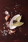 Peper in een kleine witte plaat en baaibladeren Hoogste mening Stock Afbeeldingen