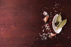 Peper in een kleine witte plaat en baaibladeren Hoogste mening Royalty-vrije Stock Afbeelding