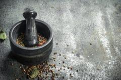 Peper in een mortier met een stamper royalty-vrije stock afbeelding
