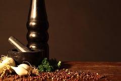 Peper en een pepermolen Stock Afbeeldingen