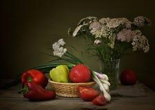 Peper en tomaten in een mand Stock Foto's