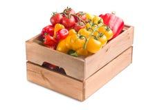 Peper en tomaten in houten doos royalty-vrije stock afbeeldingen