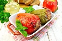 Peper gevuld vlees in bruine grill met basilicum stock foto's