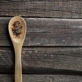 Peper in houten lepel stock fotografie