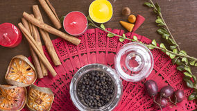 Peper noir en riz en verre de pot sur le fond en bois avec le seasonin Photo stock