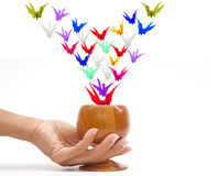 Peper Vögel, die vom magischen Cup fliegen lizenzfreie stockfotografie