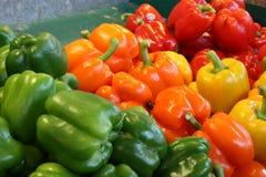Peper van alle kleuren bij een markt van het landbouwersvoedsel Royalty-vrije Stock Foto