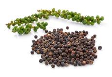 Peperbollen en Bossen van verse die groene paprika op w wordt geïsoleerd stock foto's