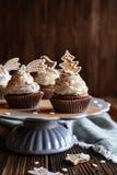 Peperkoek cupcakes met kaneel en Kerstmiskoekjes en sneeuwvlok die wordt de verfraaid bestrooit Royalty-vrije Stock Afbeelding