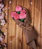 Peperkoek in de vorm van rozen in kraftpapier-document op een houten achtergrond royalty-vrije stock fotografie