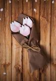 Peperkoek in de vorm van tulpen in kraftpapier-document stock foto