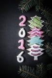Peperkoek eigengemaakte koekjes met suikerglazuur en Kerstmisboom branc Stock Fotografie