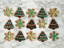 Peperkoek en suiker bevroren koekjes, verfraaid met suikergoed voor Kerstmis Royalty-vrije Stock Afbeeldingen
