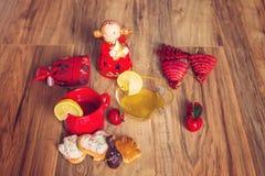 Peperkoek en thee met Kerstmisdecoratie Stock Foto's