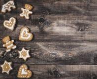 Peperkoek op een houten achtergrond royalty-vrije stock afbeeldingen