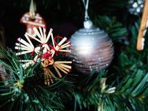 Peperkoek verfraaide Kerstmisboom stock afbeeldingen