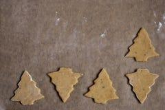 Peperkoekbomen op perkamentdocument op baksel wordt voorbereid dat royalty-vrije stock afbeeldingen