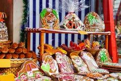 Peperkoeken voor verkoop bij de Kerstmismarkt worden getoond in Riga dat Royalty-vrije Stock Foto's