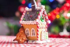 Peperkoekhuis door zoet suikergoed op a wordt verfraaid die Stock Fotografie
