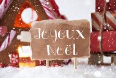 Peperkoekhuis met Slee, Sneeuwvlokken, Joyeux Noel Means Merry Christmas Royalty-vrije Stock Foto's