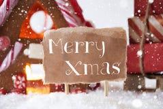Peperkoekhuis met Slee, Sneeuwvlokken, Tekst Vrolijke Kerstmis Royalty-vrije Stock Foto's