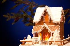 peperkoekhuis over Kerstmisachtergrond Royalty-vrije Stock Foto