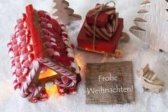 Peperkoekhuis, Slee, Sneeuw, de Middelen Vrolijke Kerstmis van Frohe Weihnachten Stock Afbeeldingen