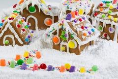 Peperkoekhuizen die met Sneeuw worden behandeld Royalty-vrije Stock Afbeeldingen