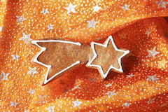 Peperkoekkoekje op Kerstmistafelkleed Stock Foto
