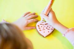 Peperkoekkoekjes in de vorm van hart De Dag van Valentine, symbool, valentijnskaart, gift Gelukkig meisje die a verfraaien royalty-vrije stock foto