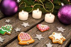 Peperkoekkoekjes en Kerstmisdecoratie over houten lijst royalty-vrije stock afbeeldingen