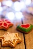 Peperkoekkoekjes en Kerstmisdecoratie over houten lijst stock fotografie