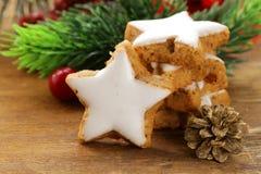 Peperkoekkoekjes met wit suikerglazuur voor Kerstmis stock afbeelding