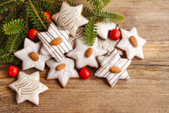 Peperkoekkoekjes in stervorm met amandelen worden verfraaid die Stock Foto's