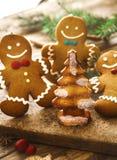 Peperkoekmens in Kerstmisdecor stock afbeeldingen