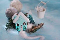 Peperkoekpeperkoek in de vorm van verfraaid huis turkoois Suiker en suikersuikerglazuur Op een blauwe achtergrond royalty-vrije stock afbeeldingen
