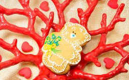 Peperkoeksnoepje weinig beer in de rode vaas van de koraalvorm stock afbeelding