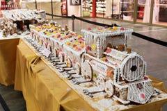 Peperkoektrein met suikerglazuur, suikergoed, chocolade en andere snoepjes wordt verfraaid dat stock afbeelding
