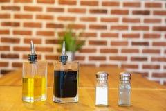 Pepermolen en zoute schudbeker, met flessen olie en azijn,  royalty-vrije stock afbeelding